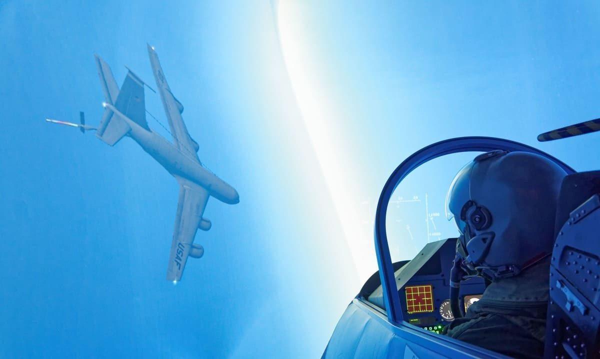 2 avions de chasse en face à face !