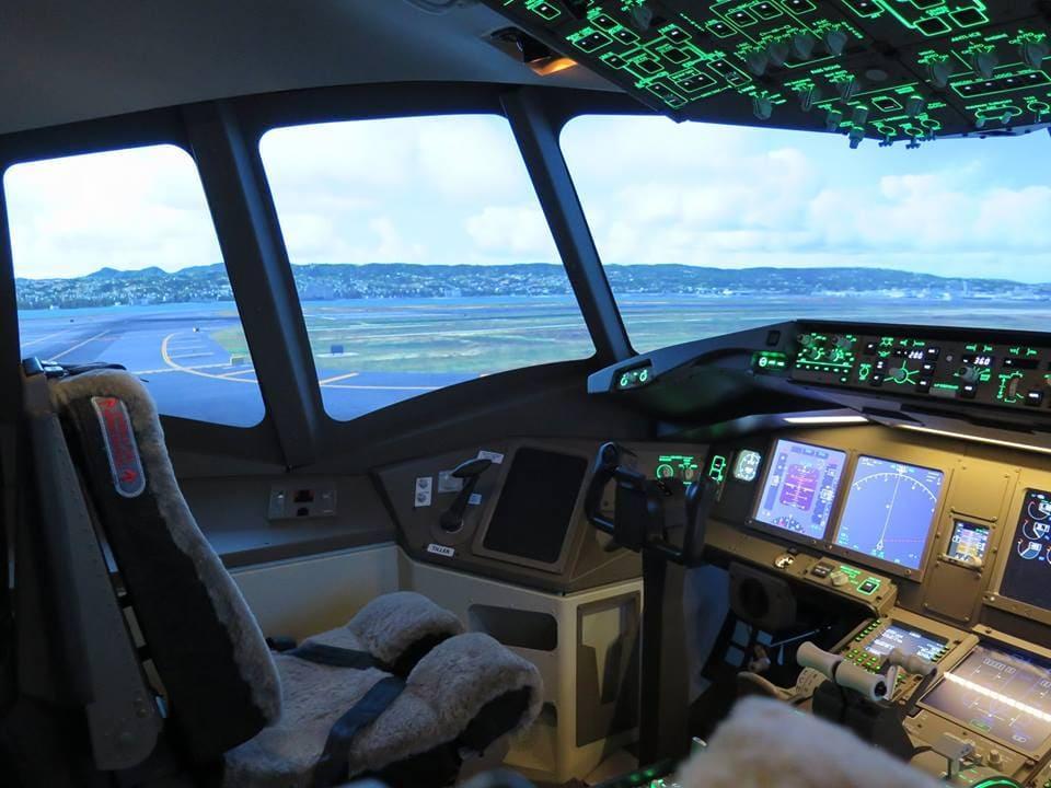 Commandes allumées dans le cockpit d'un BOEING 777 !