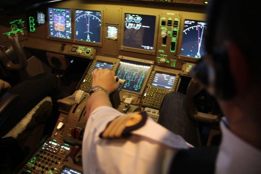 Ecrans et boutons de commande sur le B 777 de Skyway Simulation