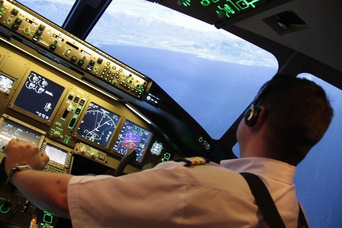 Pilote aux manettes cockpit B 777