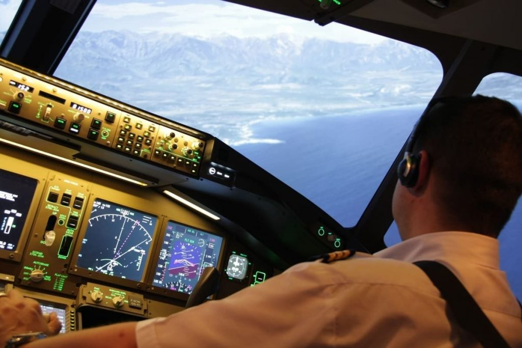 Cockpit B 777 avec un pilote
