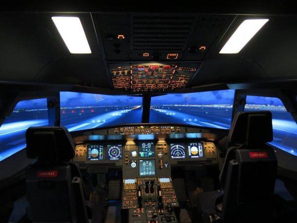 Cockpit tout illuminé sur une piste de décollage